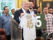 """بالصور.. ترامب يحصل على قميص رقم 45 لفريق البيسبول """"شيكاغو كوبس"""""""