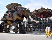 """بالصور.. إقبال كثيف على أضخم استعراض للحيوانات الآلية بجزيرة """"العجائب"""" الفرنسية"""