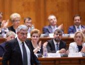 بالصور.. رئيس وزراء رومانيا يحضر تصويت البرلمان على سحب الثقة من حكومته