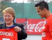 رئيسة تشيلي تهنئ منتخب بلادها بالتأهل لنهائى كأس القارات