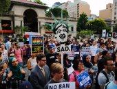 بالصور.. احتجاجات فى عدة ولايات أمريكية اعتراضا على تنفيذ قرار حظر السفر