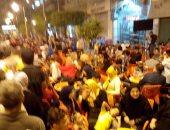 بالصور.. أصحاب المقاهى يعيقون حركة مرور المشاة بشارع الألفى فى القاهرة