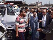 بالصور .. محافظ بنى سويف يتفقد مواقف السيارات لإلزام السائقين بالتعريفة الجديدة