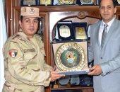 رئيس جامعة دمنهور يكرم مدير إدارة التربية العسكرية