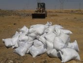بالصور .. إعدام 5 أطنان ملح غير صالحة بمدفن صحى بالسويس