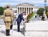 السيسي يستهل نشاطه فى المجر بوضع إكليل الزهور على النصب التذكارى