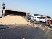 قارئ يرصد انقلاب سيارة نقل محملة بالرمال على طريق مصر إسماعيلية الصحراوى