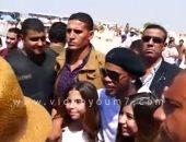 بالفيديو.. رونالدينيو يختتم جولته بالأهرامات بالتقاط الصور التذكارية مع طفلتين
