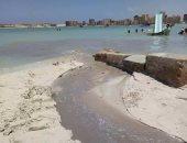 بالصور.. اختلاط مياه الصرف بمياه البحر فى شاطئ الفيروز بمطروح