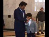 """بالفيديو.. """"تميم"""" يُعلم أطفال قطر تقبيل يده ويعيد المشهد لتلتقطه الكاميرات"""