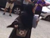 """بالفيديو.. مسلمة إسبانية تتشاجر مع طالبات بسبب ارتداء """"شورت"""" بمكتبة"""