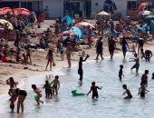 بالصور.. الآف الفرنسيين يزحفون إلى شواطئ مارسيليا هروبا من الطقس الحار