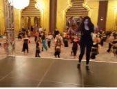 بالفيديو.. دينا تدرب راقصات أجنبيات على الرقص الشرقى بأحد الفنادق