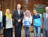 محافظ القليوبية يكرم الطالبة الولى على مدارس دبلوم الزراعة نظام الـ 5 سنوات