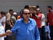 بالصور.. عزت العلايلى يشيع جنازة زوجته من مسجد المروة بـ6 أكتوبر