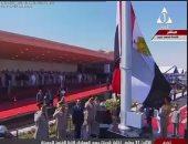 بالفيديو والصور.. الرئيس السيسي يرفع علم مصر على قاعدة محمد نجيب العسكرية