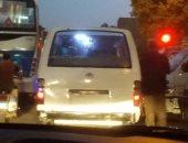 مكيروباص بدون لوحات فى روض الفرج.. والركاب تطالب الداخلية بتكثيف حملاتها