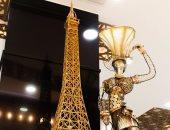 بالصور.. فنان تشكيلى يصنع نموذجًا مصغرًا لبرج إيفل من الخردة