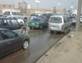 كثافات مرورية إثر كسر ماسورة بالدائرى وانتقال سيارات لشفط المياه