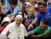 بالصور.. البابا فرانسيس يرحب بالمصلين فى قاعة بول السادس بالفاتيكان