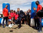 بالصور.. الرئيس الفرنسى يلعب كرة القدم فى مركز ترفيهى للأطفال