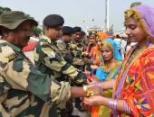 بالصور.. طالبات بالهند تحتفلن بطقوس دينية مع قوات الأمن الحدودية