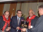 رئيس جامعة المنصورة يكرم الدكتور على عبد العال بدرع خاص