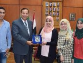 رئيس جامعة المنوفية يتسلم درع جامعة نزوى بعمان