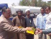 رئيس مدينة بأسيوط يوزع هدايا ومواد غذائية على العمال بالمدينة