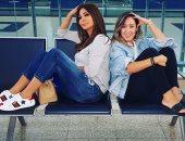إليسا تتخلف عن اللحاق بالطائرة قبل الوصول للقاهرة وتلتقط صورة مع صديقتها