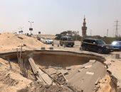 بالصور.. حفرة الموت أمام مقابر الحى العاشر تهدد حياة المارة بالخطر