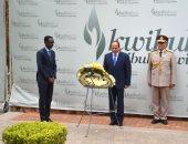 السيسى يضع إكليل الزهور على النصب التذكارى لضحايا الإبادة الجماعية برواندا