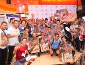 """بالصور.. """"ألتراس"""" عمرو دياب يحتفلون بإطلاق """"معدى الناس"""" فى فيرجن"""