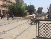 بالصور.. بعد حادث قطار الإسكندرية.. مزلقانات أسيوط تهدد حياة الأهالى
