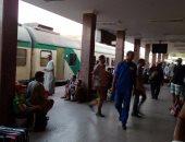 بالصور.. تكدس المسافرين والأجانب بمحطة أسوان بسبب تأخر حركة القطارات