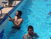 """بالفيديو.. سعد سمير """"بيعلّم"""" نيدفيد السباحة فى الأهلى"""