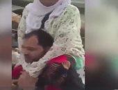 بالفيديو.. شاب مصرى يحمل عجوز على كتفيه ويطوف بها حول الكعبة