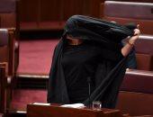 بالصور.. نائبة أسترالية ترتدى النقاب فى البرلمان ضمن حملتها لحظره