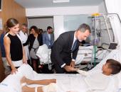 بالصور.. ملك إسبانيا يزور مصابى حادثى برشلونة.. ويلتقى الطاقم الطبى المعالج