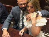 شاهد لحظات رومانسية جمعت أحمد صلاح حسنى بزوجته إسراء جلال