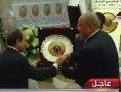 """بالفيديو..رئيس """"المركزى للمحاسبات"""" يهدى الرئيس السيسى درع اليوبيل الماسى للجهاز"""