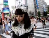 """بالصور.. عارضة يابانية تشبه الـ""""دمية"""" تسبب ضجة فى شوارع طوكيو"""