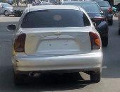 بالصور..سيارة بدون أرقام تسير فى شارع مكرم عبيد