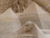 بالصور.. فريق نحت عالمى يبرز الأهرامات على أطول قلعة رملية فى العالم