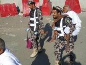 صورة بألف معنى.. جندى سعودى يحمل حاج لمساعدته على أداء المناسك المقدسة