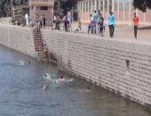 بالفيديو.. فى ثانى أيام العيد.. الأطفال يسبحون فى نيل القناطر هربا من حرارة الجو