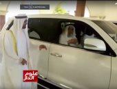 إشادة واسعة على مواقع التواصل بفيديو لمحمد بن زايد يرافق رجلا مسنا لسيارته