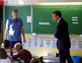 بالصور..الرئيس الفرنسى يتفقد بعض المدارس مع بدء العام الدراسى وسط تراجع شعبيته