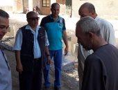 بالصور..رئيس مدينة السنطة يتابع إصلاح ماسورة صرف صحى بقرية بلاى