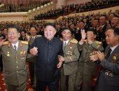 زعيم كوريا الشمالية يعد بتطوير الأسلحة النووية ويقلد علماء الصواريخ أوسمة
